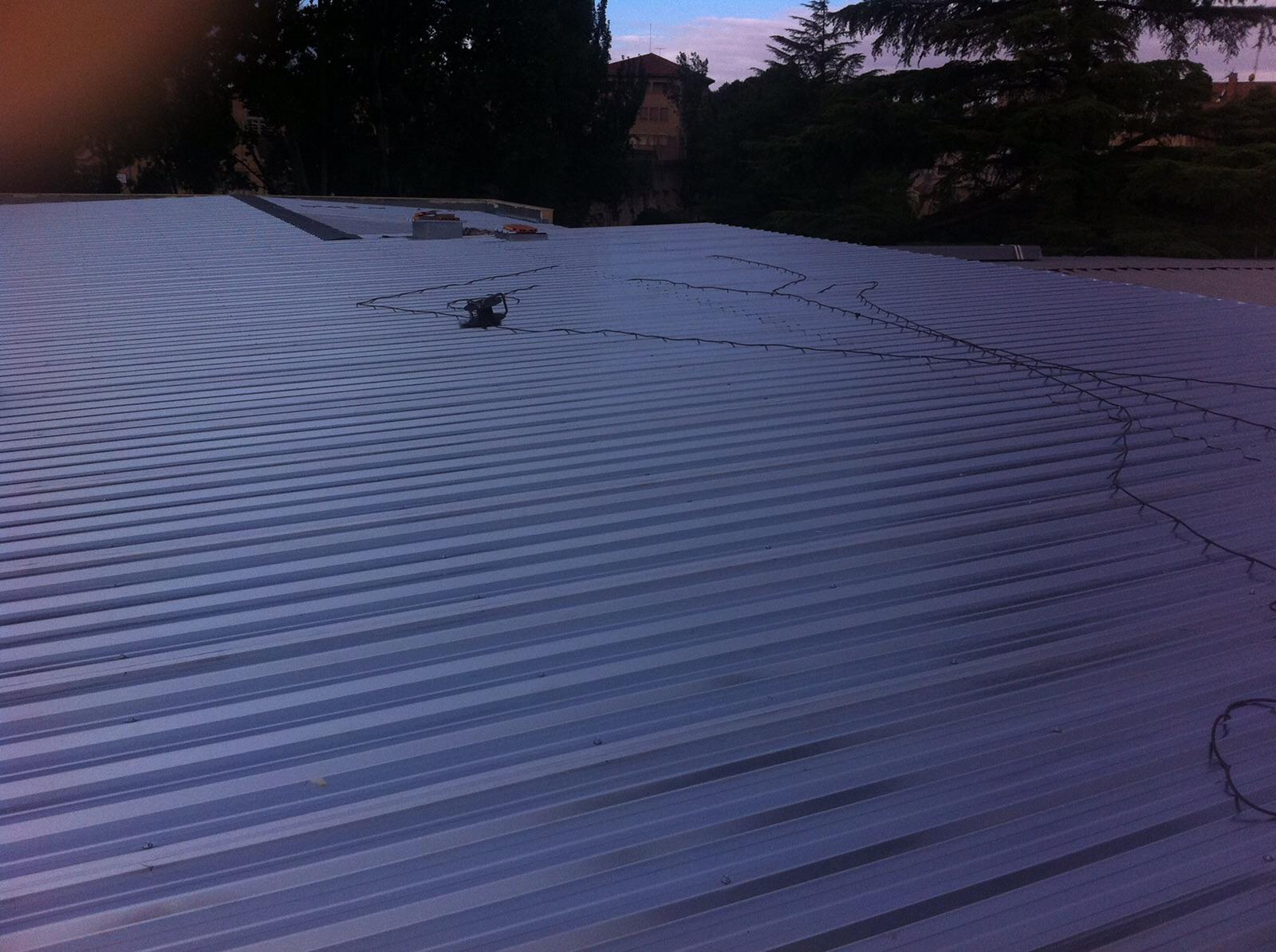 Doblado de cubierta de acero en una pieza de cumbrera a canalón. Colegio Montearagon Zaragoza