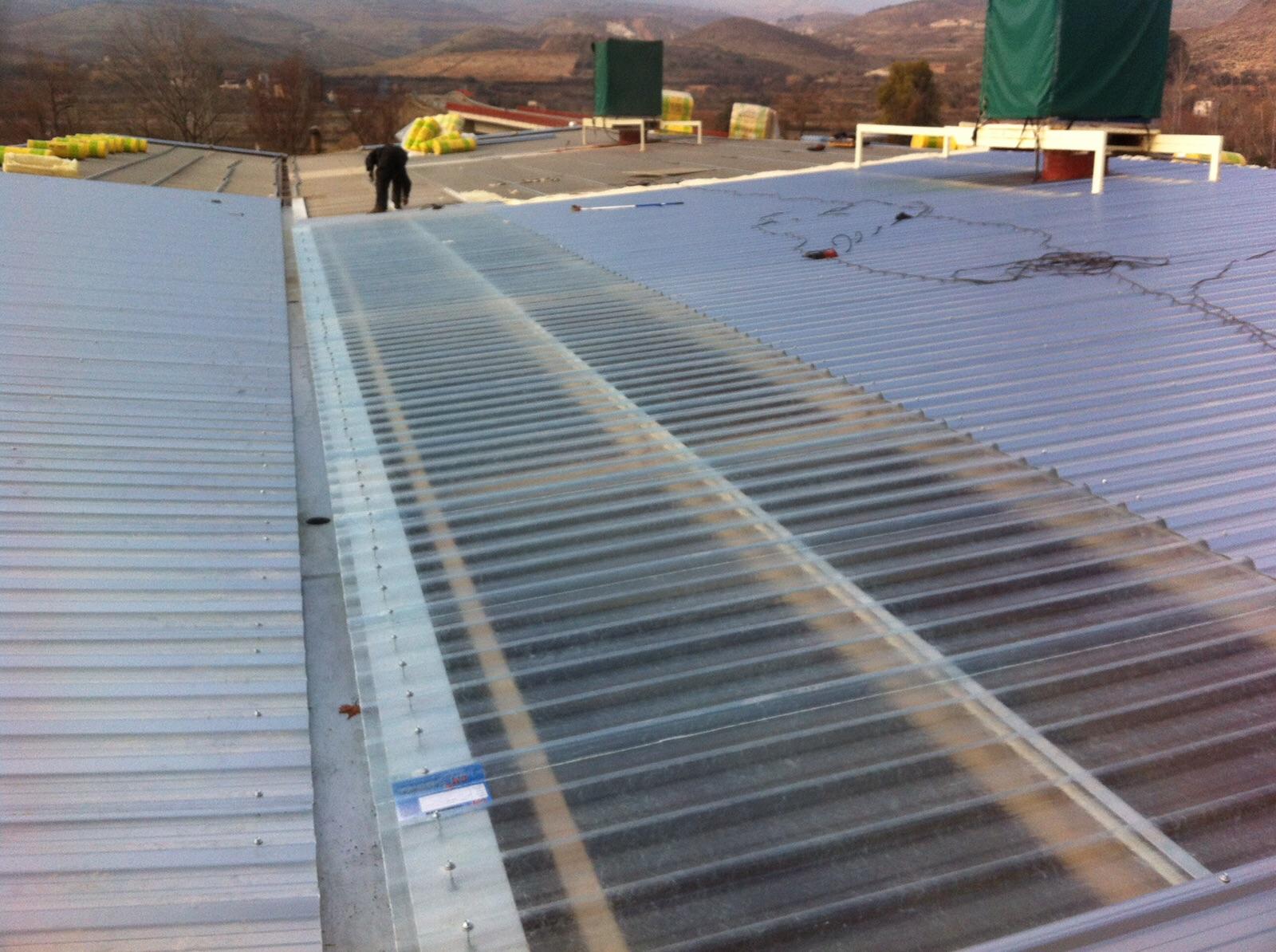 Doblado de cubierta sobre uralita con chapa de acero y aislamiento térmico. Romulo Benedi. Morés Zaragoza
