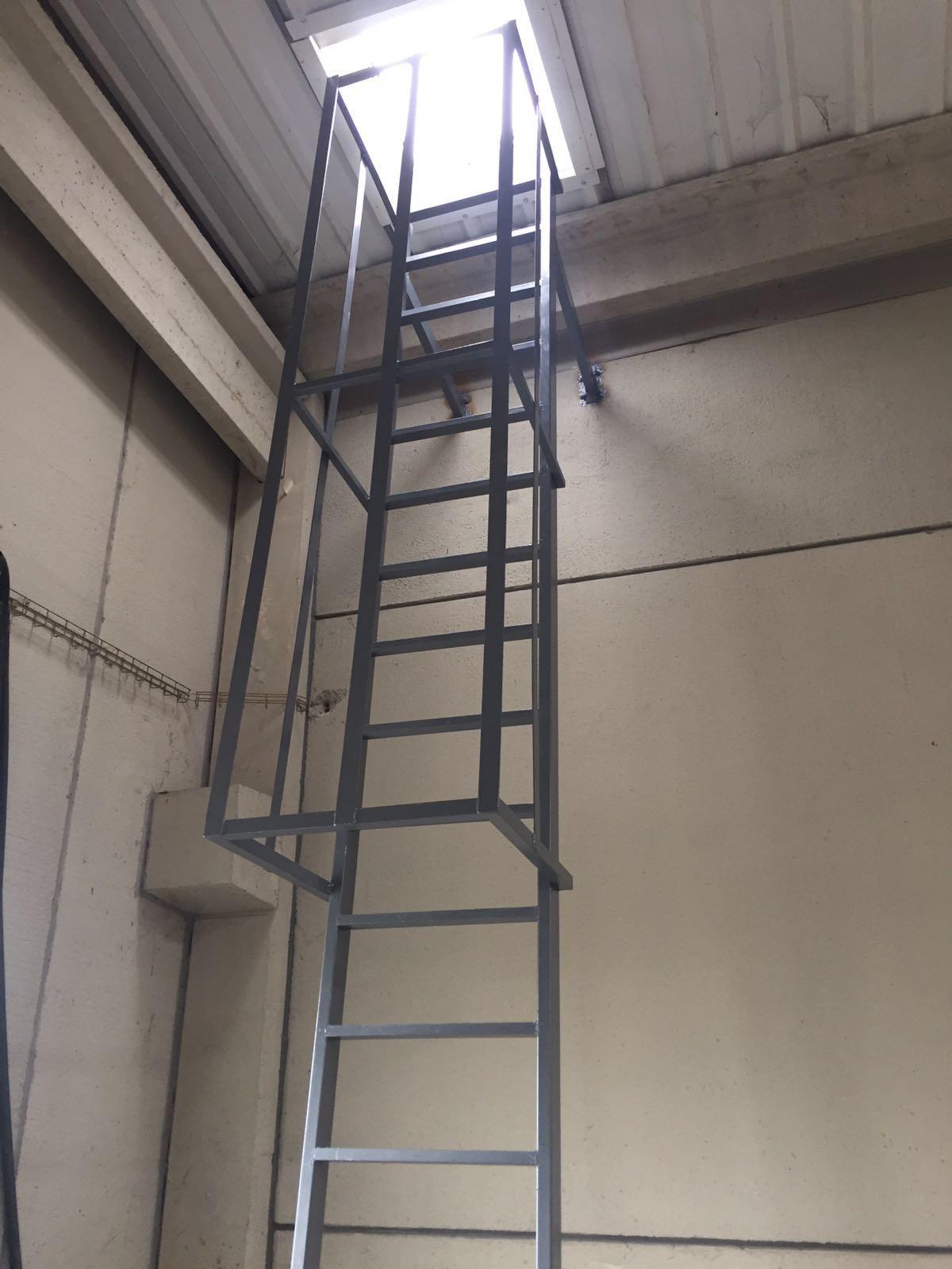 Claraboya con acceso a cubierta y salida de hombre. Polígono Tecnum, la Cartuja Zaragoza.