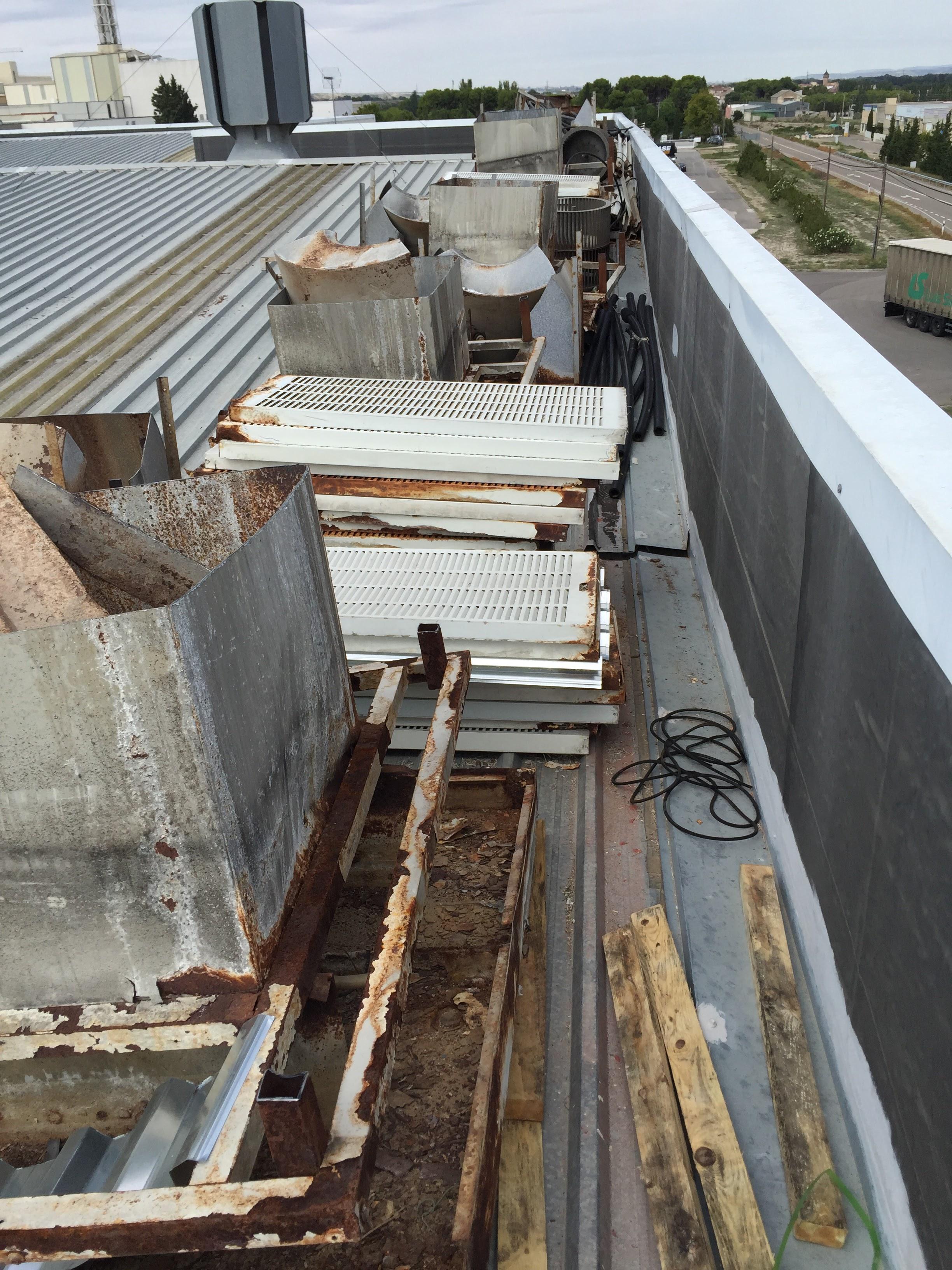 Desmontaje de botijos en cubierta por estar oxidados y en muy mal estado. Tupersa. El Burgo, Zaragoza