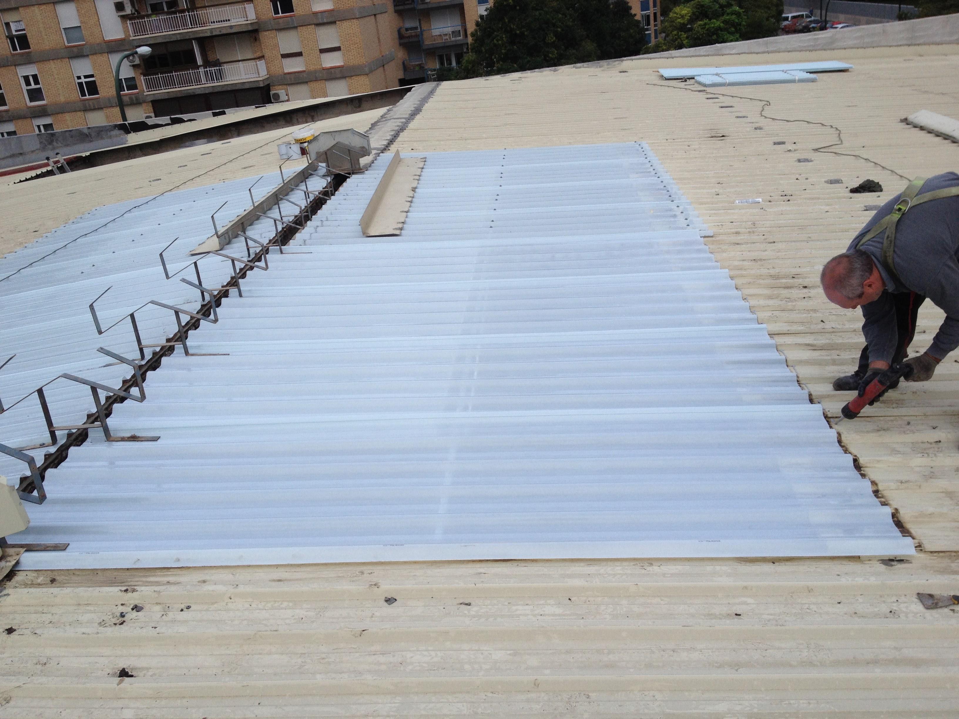 Sustitución de translúcidos en cubierta desmontaje y montaje de aireadores. Oficinas Real Zaragoza