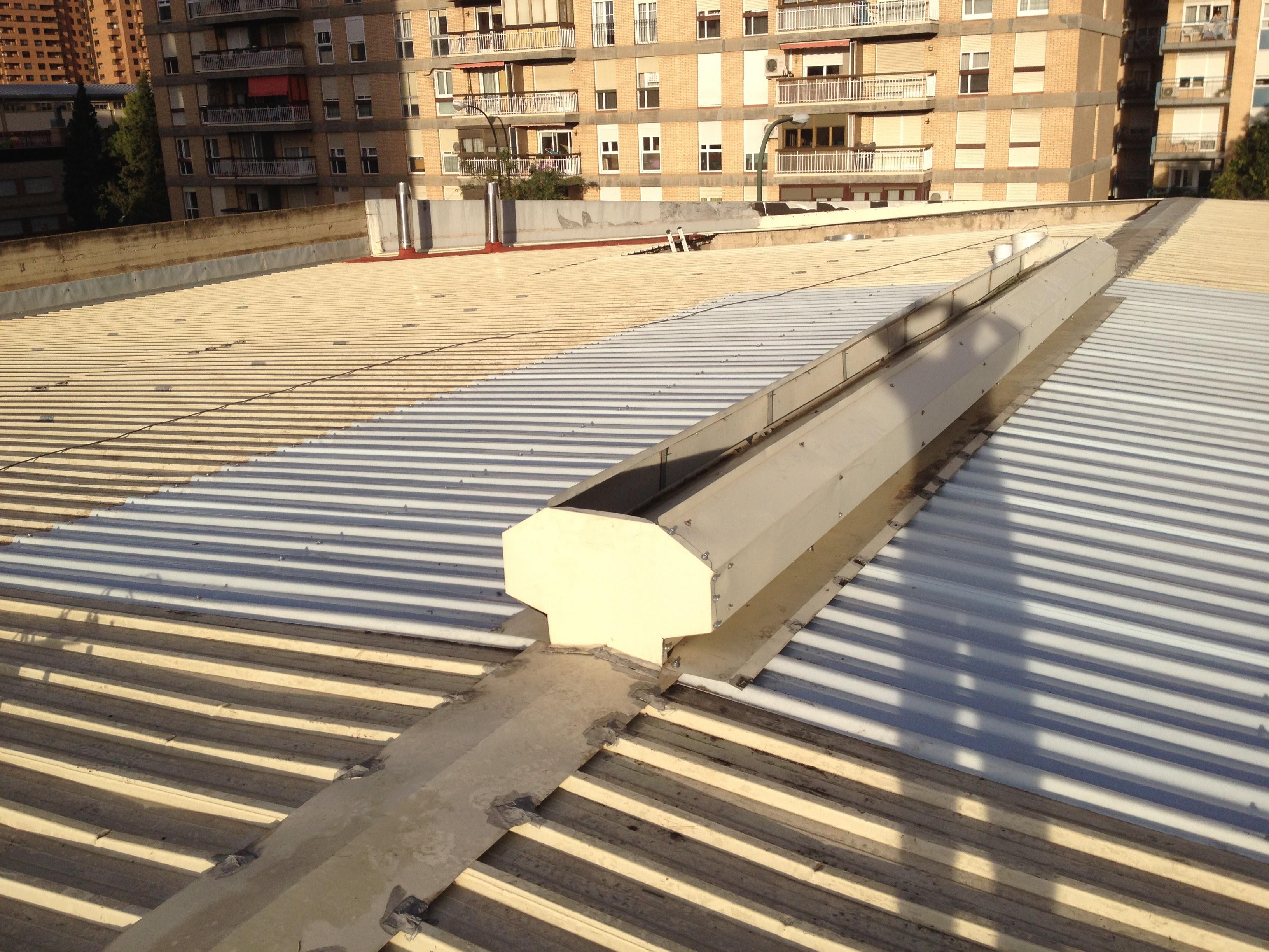 Sustitución de translúcidos en cubierta desmontaje y montaje de aireadores.